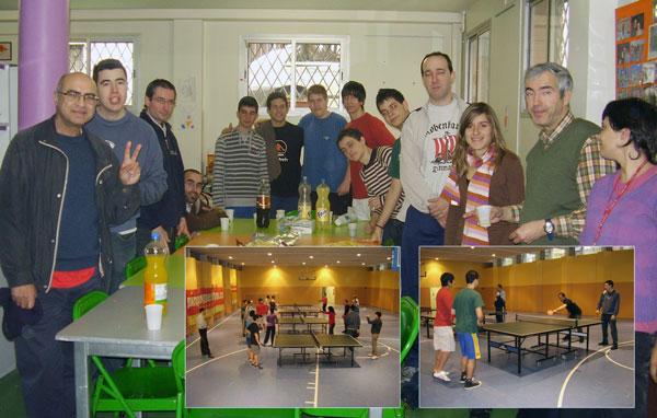 """Grup de jugadors de la zona A4 i grup d'alumnes de l'Alzina en el moment del """"piscolabis"""" final."""